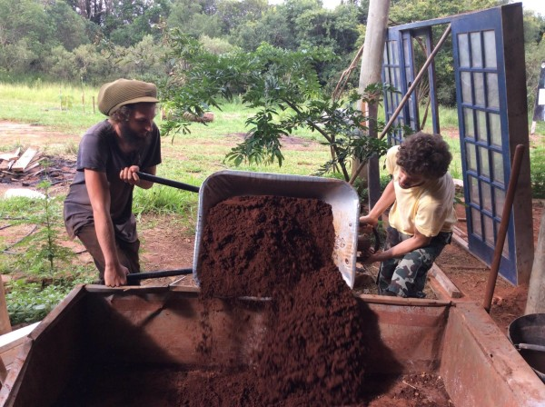 Cob building with Nascentes Organization in Brazil