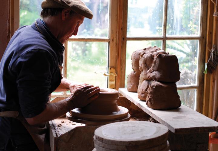 Whichford - Familjen Keeling som driver Whichford Pottery i norra Cotswolds har blivit våra vänner på resan att skapa Blå Spaden. Som nyutexaminerade studenter från Cambridge kom Jim och Dominique Keeling till Shipton on Stour, för att bilda familj och skapa en keramikverkstad i mitten av 70-talet. Och inte vilken som helst, utan en som för vidare traditionell tillverkning av blomkrukor. [...]