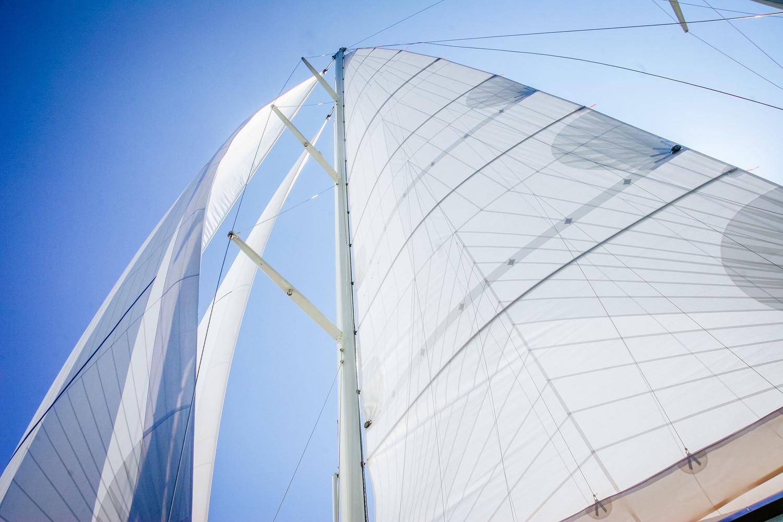 Ett UK Sailmakers storsegel med tri-radiell skärning.
