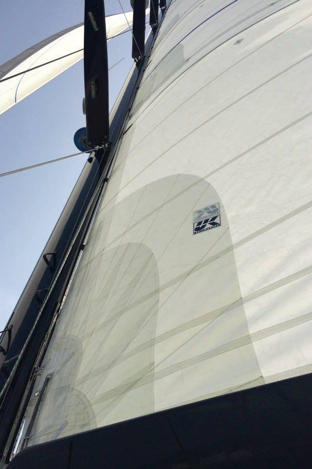 Bild tagen på halsen till en Dacronstor till en båt på 112 fot.