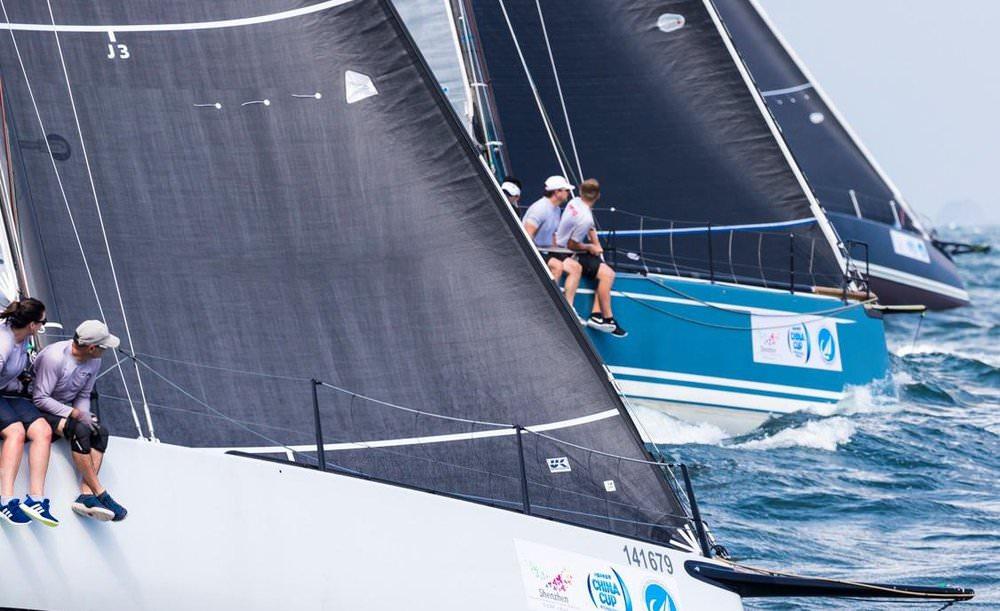 Ovan ses en Mills 41 med en Titanium fock med Lite Skin taft. Den mattgrå Lite Skin finishen syns tydligt jämfört med de två andra båtarnas segel med enbart svart film.