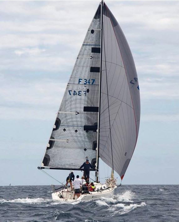 Beneteau First 34.7 CIRCA länsar i hård wind med en A3.
