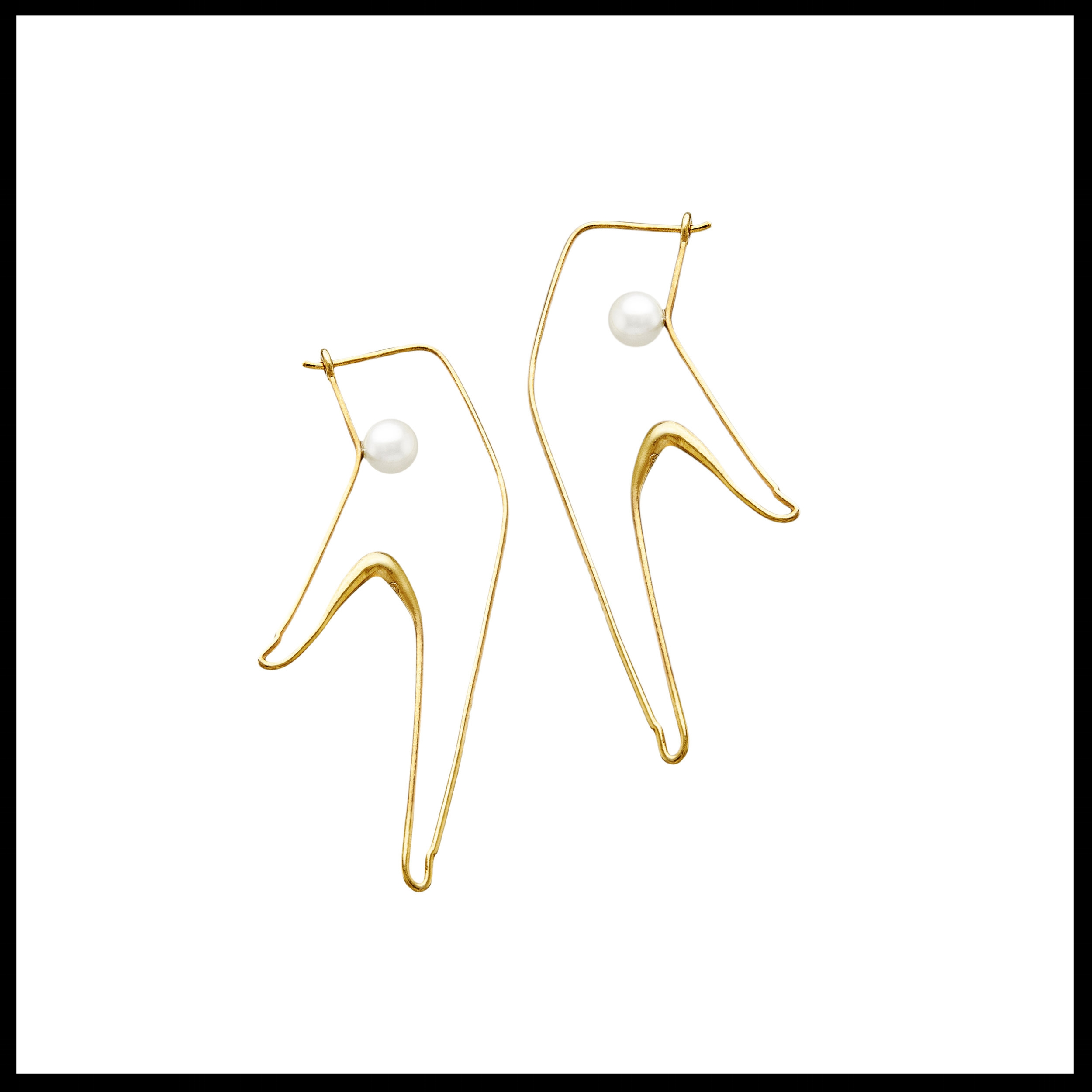 Gold Earrings Contact with Pearls