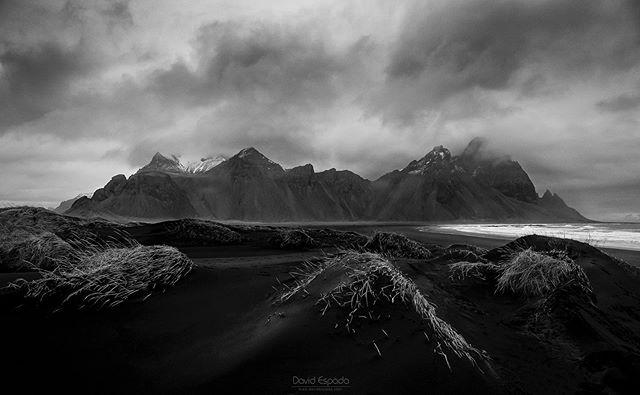 La montaña elegida: Stokksnes (Islandia) 🇮🇸 . . #Stokksnes #Iceland #Islandia #iceland🇮🇸 #icelandscape #icelandtravel #igersiceland #blackandwhite #landscape #icelandic #icelandair