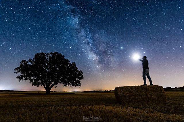 """""""Algo que sirva como luz"""". Lo noto cada vez más lejos,  casi no lo puedo ver, así que manda una señal. Algo que sirva como luz.  Alguna estrella que me lleve a donde quiera que estés tú.  #Nocturna #FotografíaNocturna #VíaLáctea #Uclés #Cuenca #España #SitiosdeEspaña #Spain #MilkyWay #Stars #Night #nightphotography #igerscuenca #igerssapain #igersclm #somosinstagramers #visitspain"""