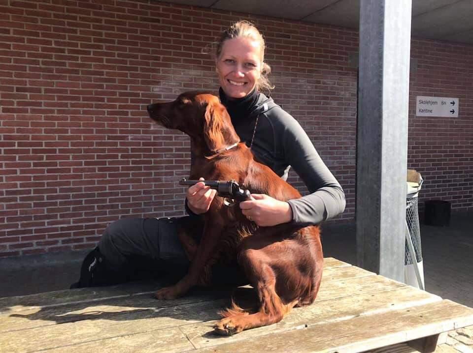 Bjerkaasens Siff og ejer Heidi Nørgaard med den prestigefyldte Pistol der som vandrepræmie tildeles ÅRETS HUND og traditionen tro den efterfølgende morgen skyder den årlige forårsvinderklasse i gang!