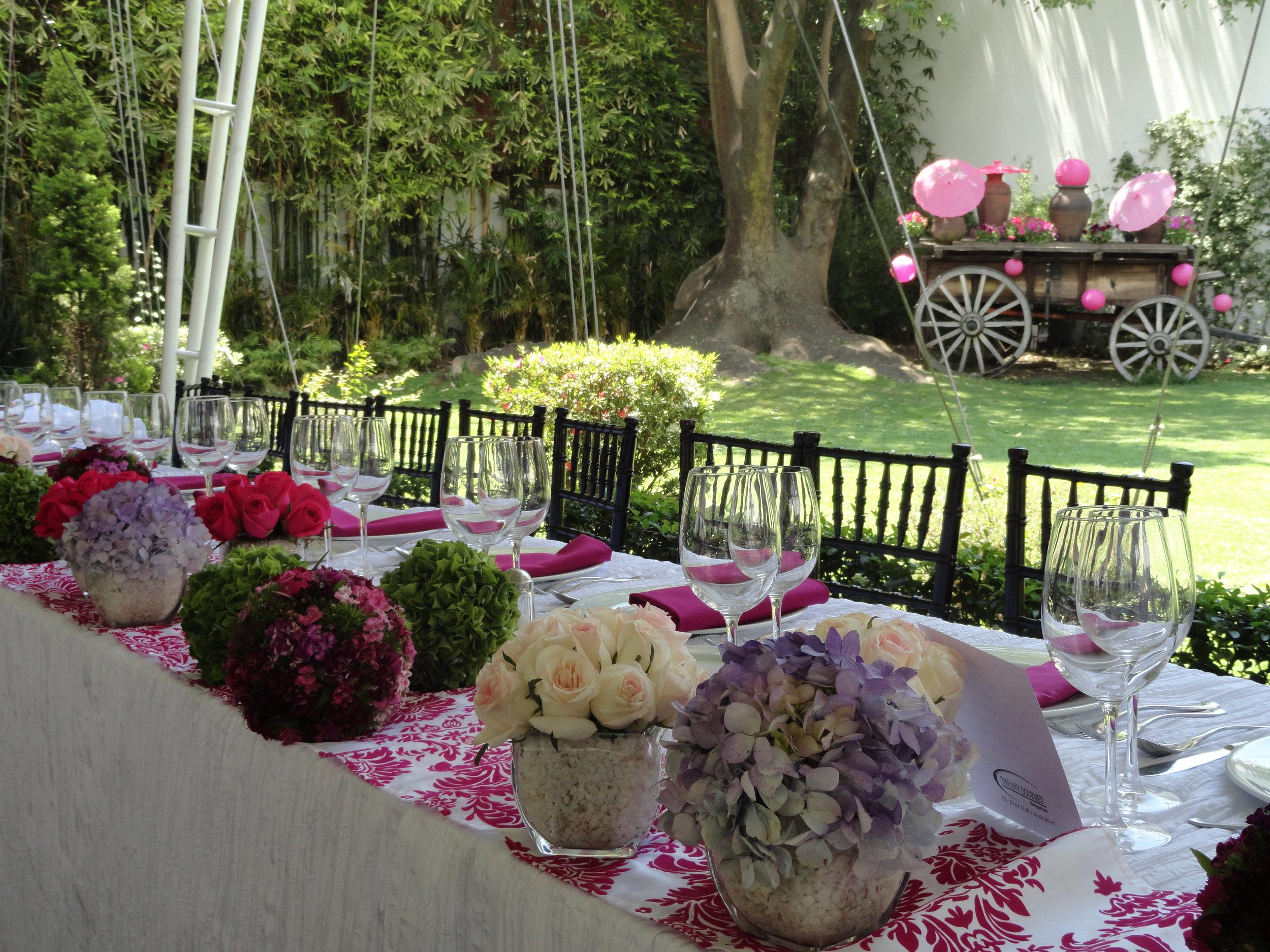 Decoración de bodas, carreta con flores y sombrillas.jpg