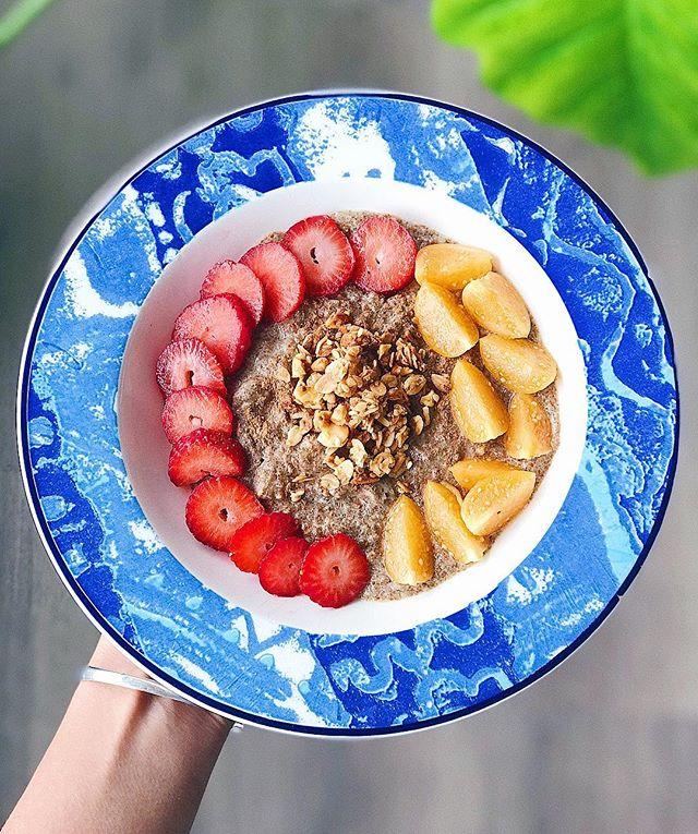 Avena con leche de almendras, canela, chia, fresas, aguaymanto y mucho amor! 💛 Excelente manera de empezar el día, y te cuento porque! 👇🏼 - Un desayuno rico en proteína y fibra ayuda a llenarte más (da saciedad) y mantiene tus niveles de glucosa regulados! 🙌🏼 Mientras más balanceado tu desa, menos antojos deberías de tener a lo largo del día 🙌🏼 Y hacerlo es facilito! - La #receta 👉🏼 3 cdas de avena @huellaverdeperu + 2/3 tz leche de almendras sin azúcar @silkperu + frutas + semillas y canela! Un combo deli! 👌🏼