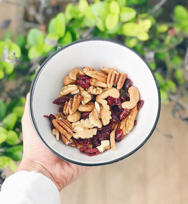 Hoy me pongo profe mode 👩🏽🏫 y les cuento que FRUTO SECO no es lo mismo que FRUTA SECA 🙅🏽♀️ Lo veo mucho en consulta y creo que vale la aclaración! 🙌🏼 -  El FRUTO seco es ese que naturalmente (sin manipulación humana) tiene menos de 50% de agua en su composición - las almendras, nueces, pecanas, cashews y pistachos 🐿 Son súper energéticos, tienen grasas insaturadas (omega 3), proteína, vitamina B y además ayudan a la produccion de serotonina - la hormona de la felicidad! 😄 - Por su parte, la FRUTA seca es la fruta que ha sido DESHIDRATADA, generalmente usando azúcar para poder lograr el cometido 🍎🍑🍌 Que pasa? Que la frutas al tener más de 50% de agua es deshidratada por manipulación humana hasta dejarla seca como una pasa (literal) 😅 - Son malas? No, pero hay que tener ojito ojito 👀 con la cantidad que se come, porque ahi chiquitas e inofensivas como se ven, son altas en azúcar (natural y añadida) 😬 -  Mi recomedación es que hagan un mix donde 70% sea FRUTO seco y 30% FRUTA seca! ✌🏼🤗