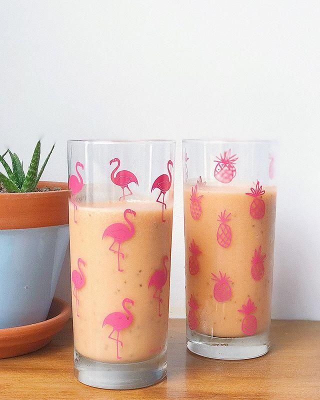 Aparte de estar inlove con mis vasos (sobretodo el de flamingos! 💛) este shake me salió espec! 😋 Pura vitamina C de todas estas frutas y proteína de nuestra quinua 🇵🇪 para llenarme de nutrientes y erradicar a este resfrío 👊🏼 #vamoscontodo - Licué 1/2 tz de piña + 1/2 naranja en trozos + 1/4 tz de papaya + 2 cdas de quinua en polvo de @americaorganica y 1 cdta de chia (opcional) 🙌🏼 Eso si! Defrente al vaso y nada de estar pasándolo por el colador! Acuérdense que la fibra es nuestra amiga 😊