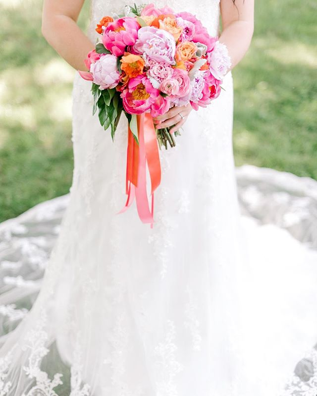 Summer loving —  with this bold • colorful bouquet by: @hollychapple 📷: @photographydujour  #loveleighday