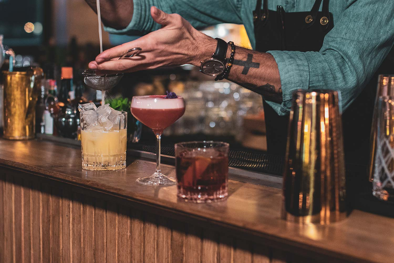 På kurset lærer du å blande flere ulike cocktails.