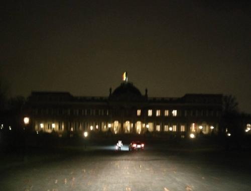 Wazige foto van de aankomst aan het Koninklijke Paleis in Laken.