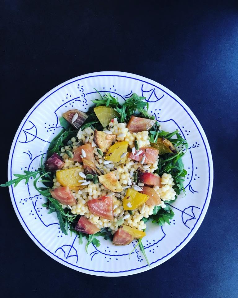 Slaatje met parelcouscous, bietjes en Wonky dip. Heerlijk gezond lunchen!