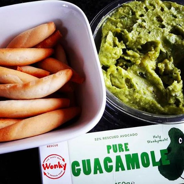 Tonight is the night to call all members of your guacsquad! 📢 ⠀ 'Cause we're gonna rescue some guacamole 💪💪💪⠀ .⠀ .⠀ .⠀ #wonky #thetastywaytorescuefood #wonkydip #guacamole #guacsquad #squad #friday #friyay #weekend #enjoy #healthydip #healthyapero #healthysnack #appetizer