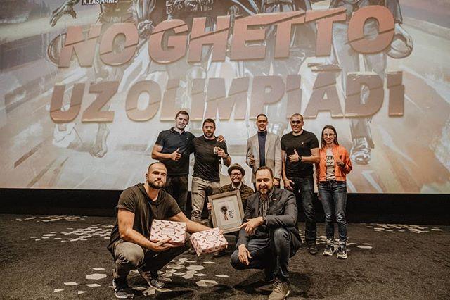 """Filma """"No Ghetto uz Olimpiādi"""" ir noprezentēta un uzsākusi ceļu pie skatītājiem.  Ik katram roka jāpieliek, lai Latvijas 3x3 basketbola izlase uz Olimpiādi tiek!  #ghettogames #tokyo2020 Foro: @alex.puskins"""