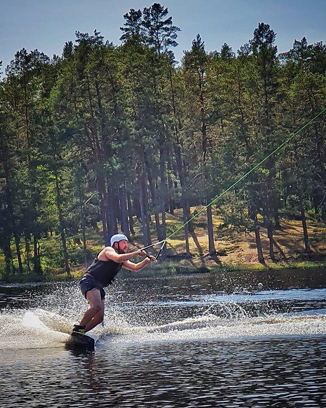 Katru gad no jauna cenšos apgūt šo sporta veidu pieķeroties šnorim galā velkos uz priekšu, kamēr rokas pagurst un grimstu ezerā, pa laimi korķa veste ir izdomāta.  #wakeboarding #hiwake #vasara #ūdensprieki