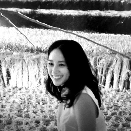 Dahn Gim, Art Muse - Korean Language   Dahn Gim was born in Busan, South Kore, raised in Toronto, and currently lives and works in Los Angeles. As a visual artist and educator, her work stems from personal experiences to reflect the process of adaptation to constant shifts and changes of surroundings. Gim is particularly interested in visualizing the ambiguity, hybridity and contradictory elements that comes from cultural globalization in the digital age. Combining both analog and digital techniques, Gim's work represents her sundry hybridity. After completing her MFA in Media Arts from UCLA, she has been curating and exhibiting internationally including venues such as Steve Turner Gallery, Fellows of Contemporary Art, Hammer Museum, Barnsdall Art Gallery, Nuit Blanche: Art Souterrain 2017, Somerset House, TAG bxl in Brussels; and Dongdaemoon Design Plaza in Seoul. Dahn Gim joined Art Muse LA in 2018.  부산에서 태어난 김다은은 1999년에 캐나다로 유학을 떠나 토론토에서 시각예술과 미디어 스터디를 복수 전공하고 2013년 미국 UCLA에서 미디어아트 석사 학위를 취득하였다. 현재 로스앤젤레스의 여러 연구 기관 및 교육 기관에서 디자인과 예술을 공부하는 학생들을 대상으로 다양한 디지털 장비를 이용한 제작 및 창작 수업을 하고 있다. 또한, 한국을 떠나 오랫동안 '이방인'으로 살면서 여러 정체성을 형성해 온 작가의 개인적 경험을 반영한 큐레이팅 프로젝트와 개인 작업도 함께 하고 있다. 최근에는 익숙한 소재들을 조합하여 시각적으로 낯설거나 모호한 형태의 오브제를 만드는 작업을 하고 있으며, 간혹 소리 또는 움직임을 사용하여 복합적인 정체성과 불안, 그리고 과거의 트라우마를 유머와 함께 담아내는 것에 집중하고 있다. 김단은 2018년부터 아트 뮤즈 로스앤젤레스의 팀원으로 활동하고 있다.