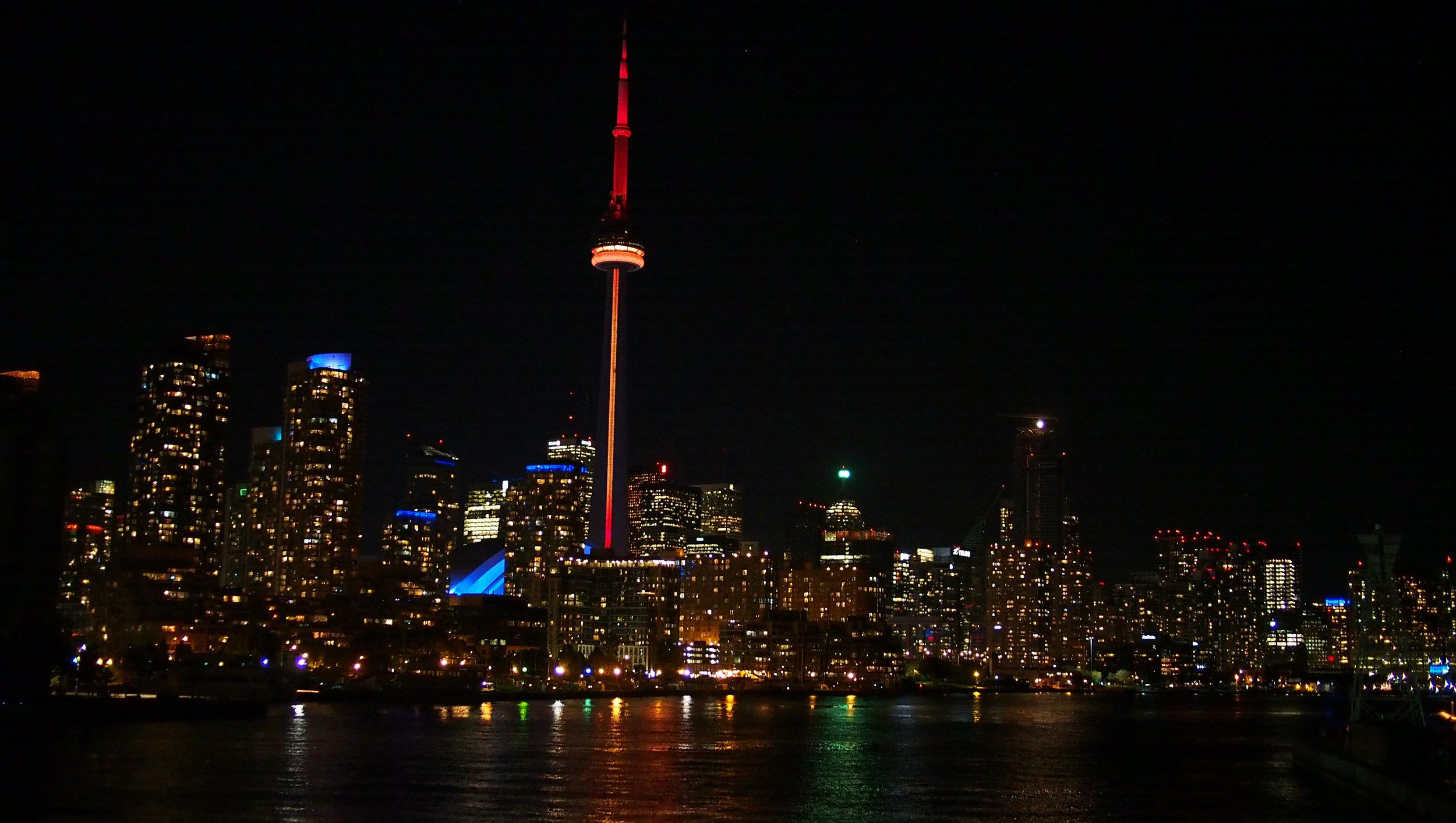 Laskeuduimme Toronton keskustan kentälle, joka on saaressa. Kaupunki iltavalaistuksessa oli hieno näky lauttamatkalla.