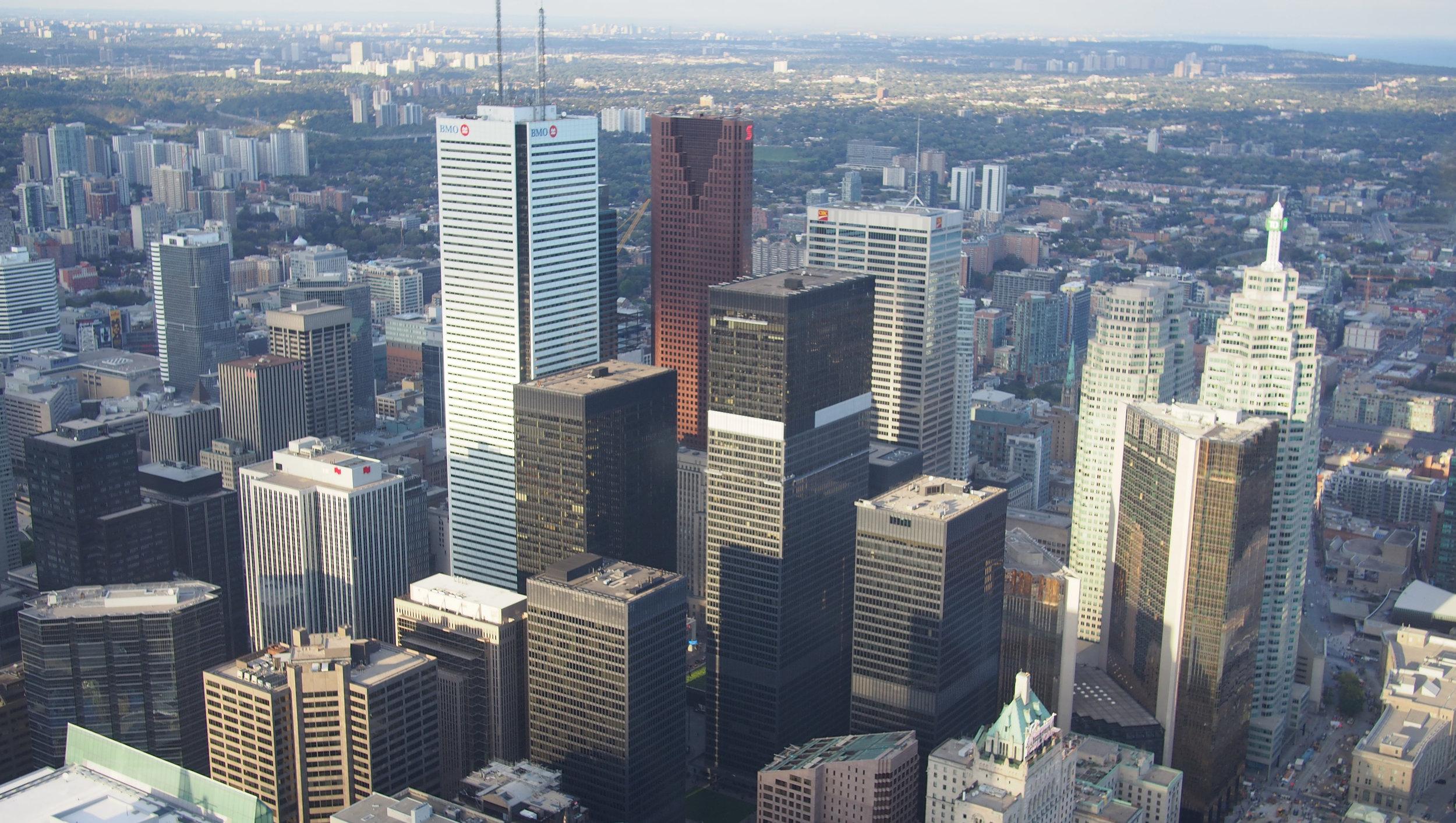 Toronto nähtynä 350 metrin korkeudesta edellisessä kuvassakin näkyvästä  CN Tower ista.