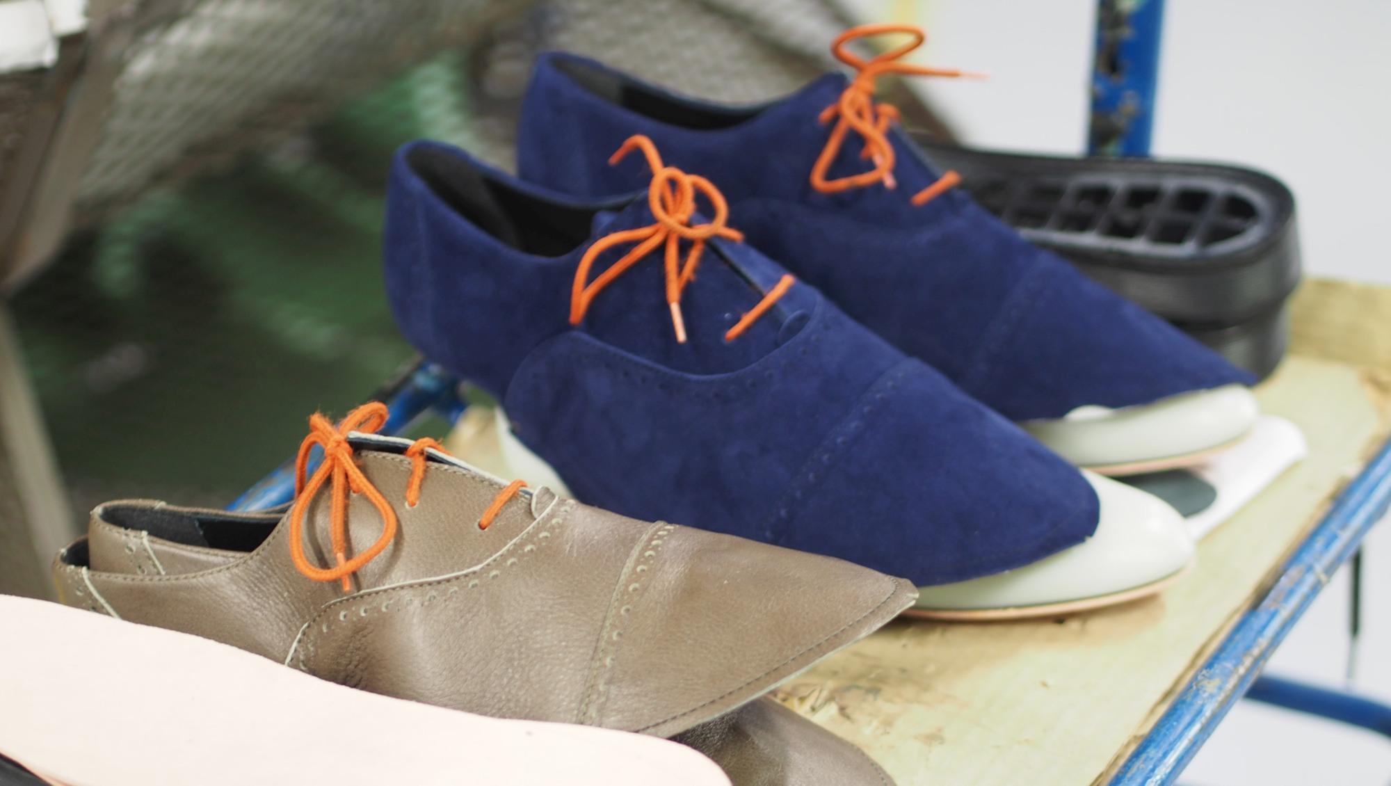 kenkäneuloksia uusissa materiaaleissa (näyttävät oranssit esinauhoitusnauhat ovat väliaikaiset vain pinkomista varten)