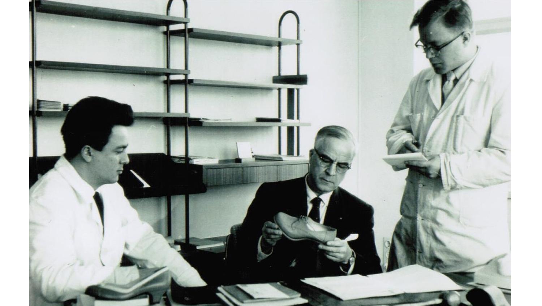 Veljekset isänsä Pentti Palmrothin kanssa Partolan kenkätehtaalla 1958.