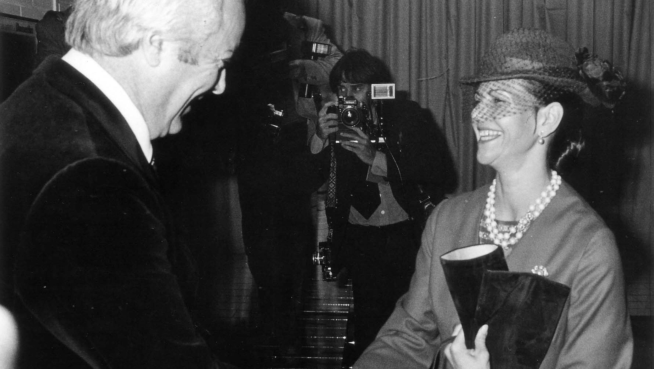 Ruotsin kuningaspari tehdasvierailulla Tampereella vuonna -79. Kuningatar Silvia vastaanottaa Pertiltä parin viininpunaisia mokkasaappaita.
