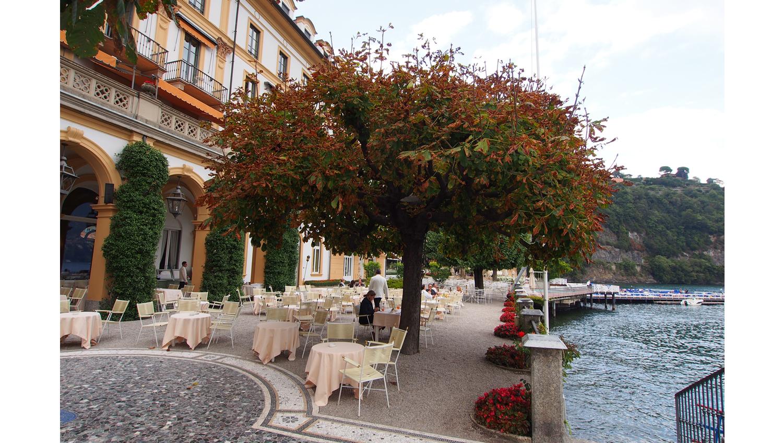 Villa d'esten terassialue aivan järven rannassa