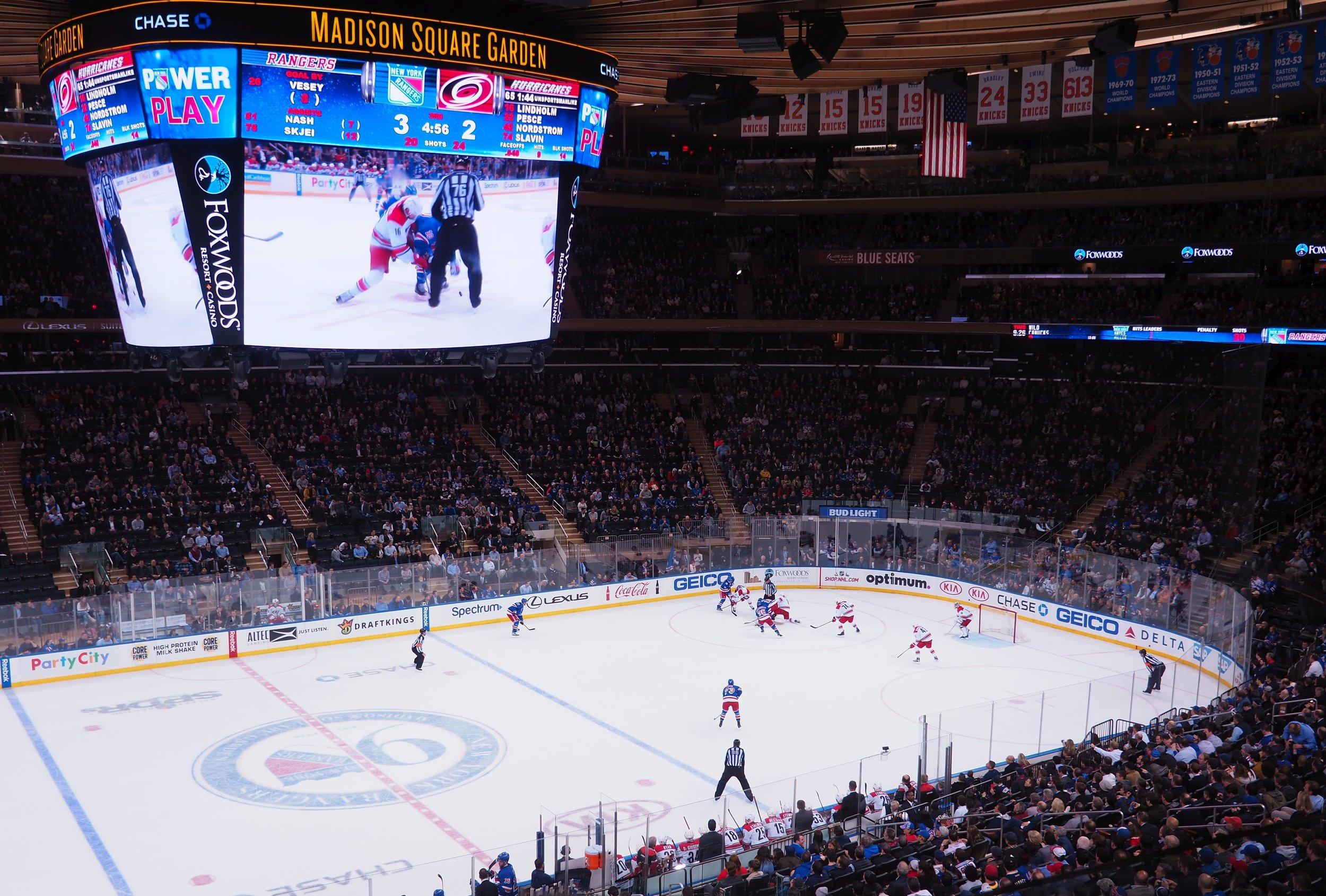 Tiistai:  Sateinen päivä New Yorkissa. Messunäyttely saatu valmiiksi. Iltaohjemana New York Rangersin peli Madison Square Gardenilla