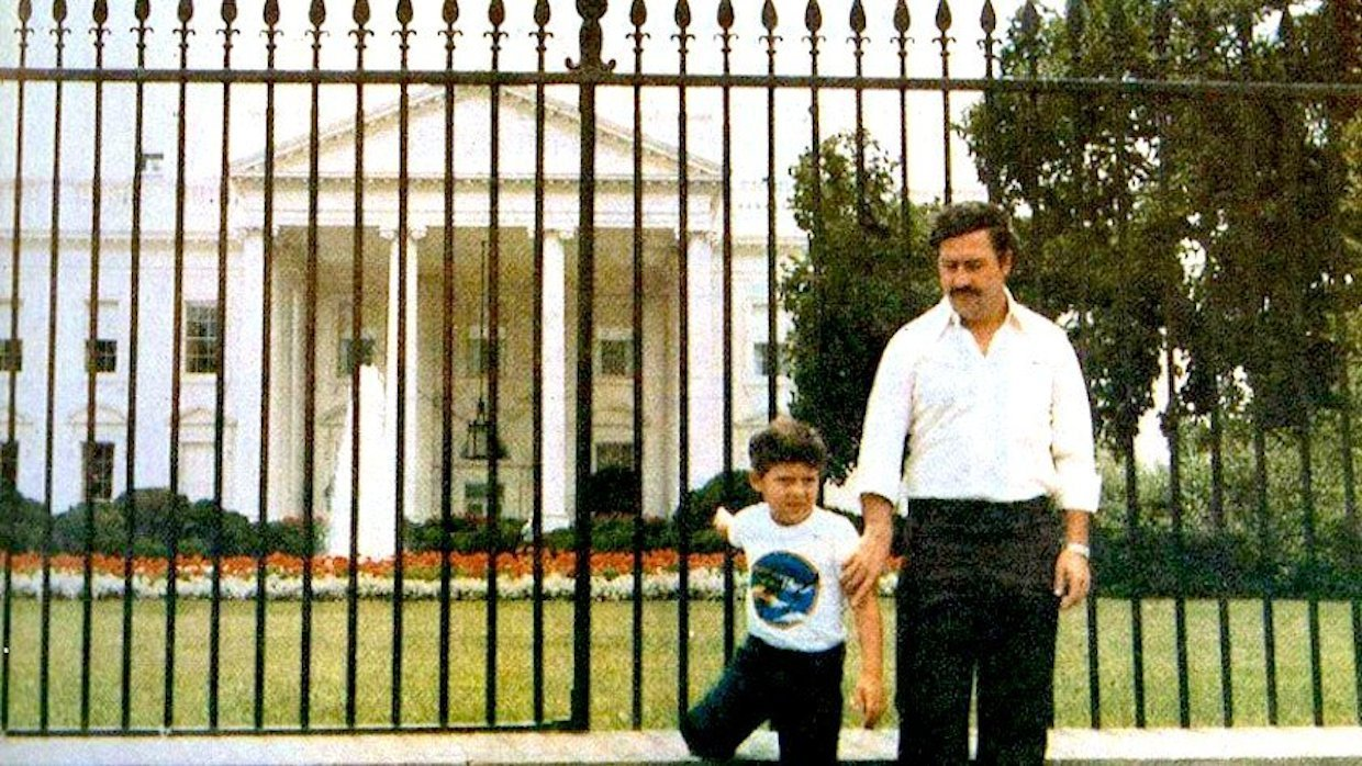 Pablo Escobar with his son, posing in front of the White House in 1981.  Sebastian Marroquin/Sins of my Fa ther