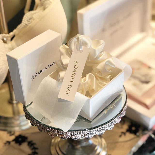 Den perfekte måten å pimpe opp konvolutten til konfirmanten på,  synes vi!🤩 Hva synes du? . Scrunchies i silke er i skuddet. Ikke bare er de eksklusive og nydelige å se på, en hårstrikk i silke er ekstra skånsom mot håret også! . Kom innom eller klikk hjem 🙌 link til nettbutikken i bio . . #underbartunder #bydariiaday #mulburrysilk #silke #scrunchie #konfirmasjonsgave