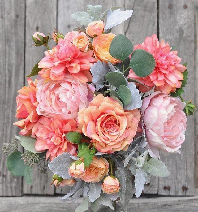 Håper disse vakre blomstene vil lyse opp denne regntunge mandagen 🌸 - Her i Drammen regner det. Vi tilbyr derfor en kopp kaffe og en hyggelig handel. Kom gjerne innom! - - - #blomster #godmandag #regnværsdag #underbartunder
