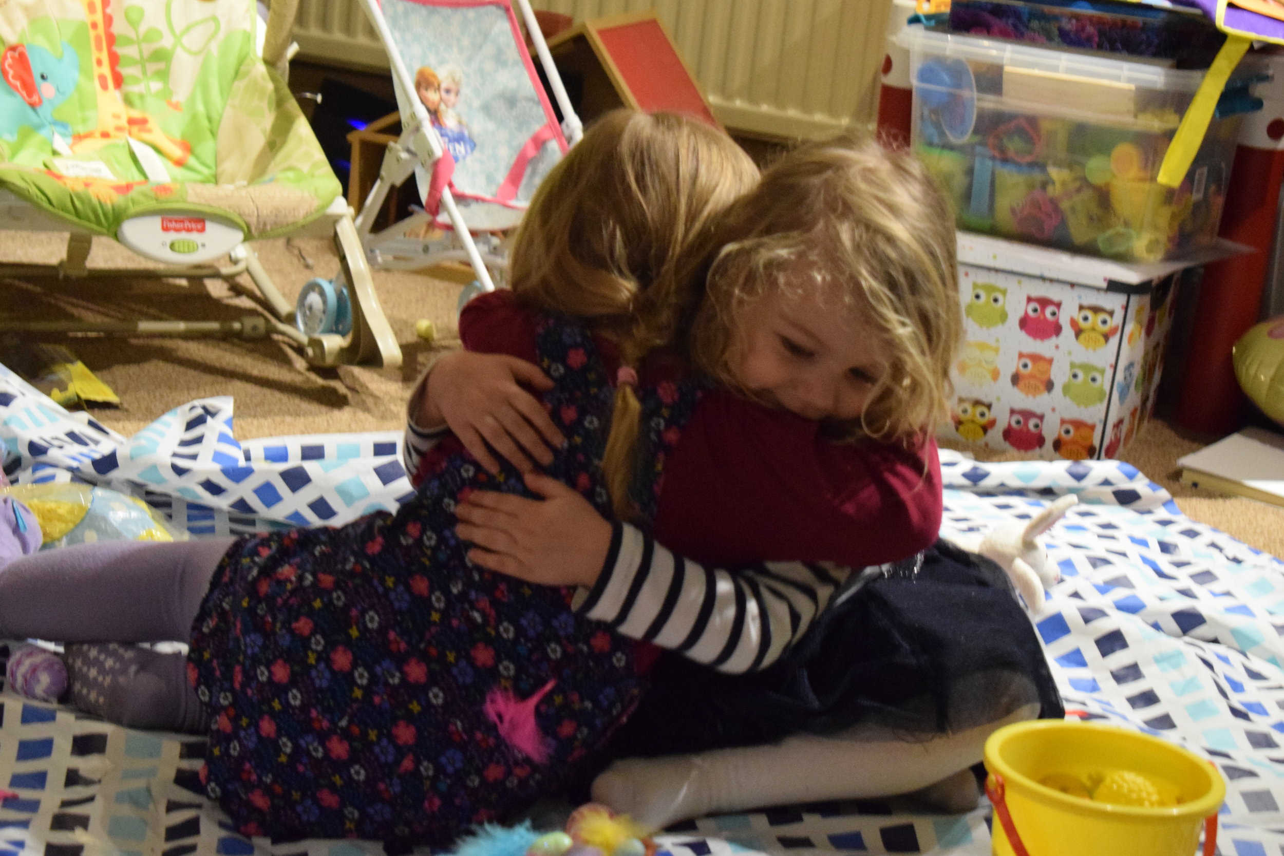 cousins hugging © mebecomingmum