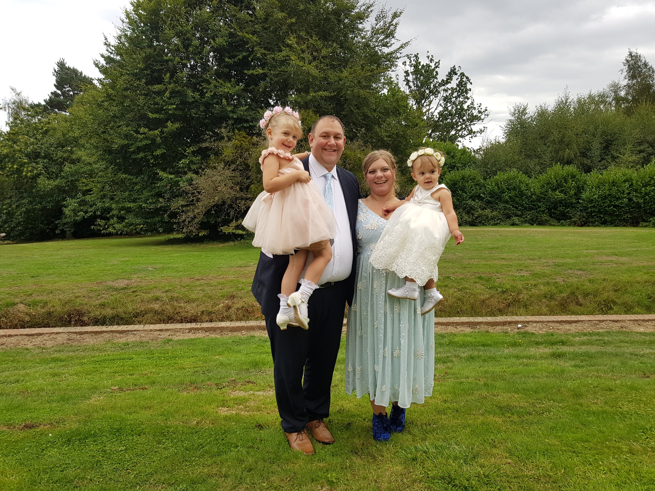 Wedding photo ideas: family photos at the wedding venue