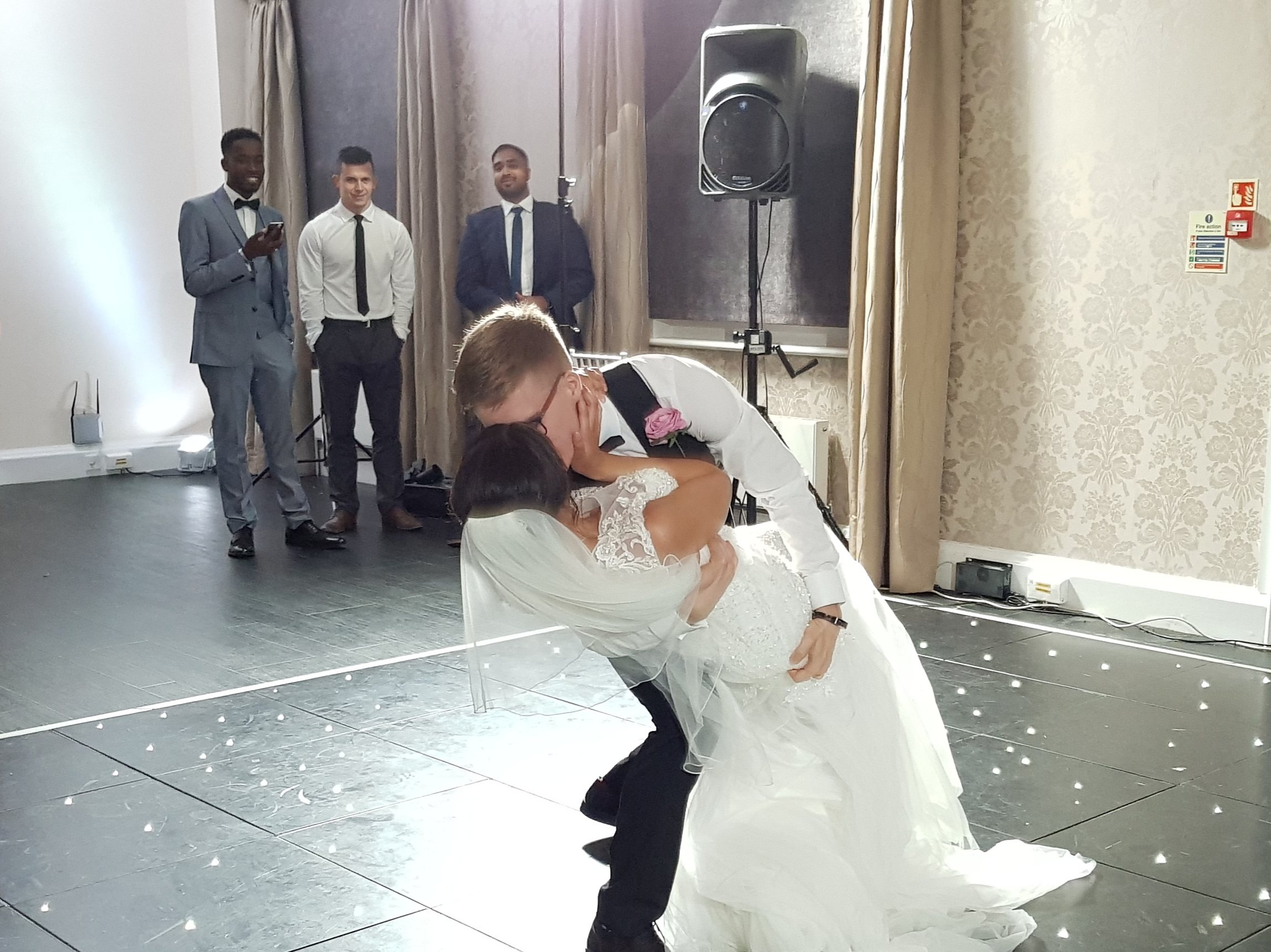 Wedding photo ideas: kissing during the first dance