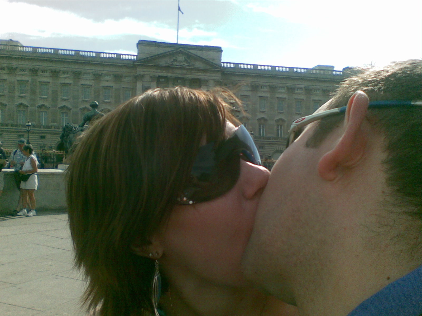 Kissing in front of Buckingham Palace