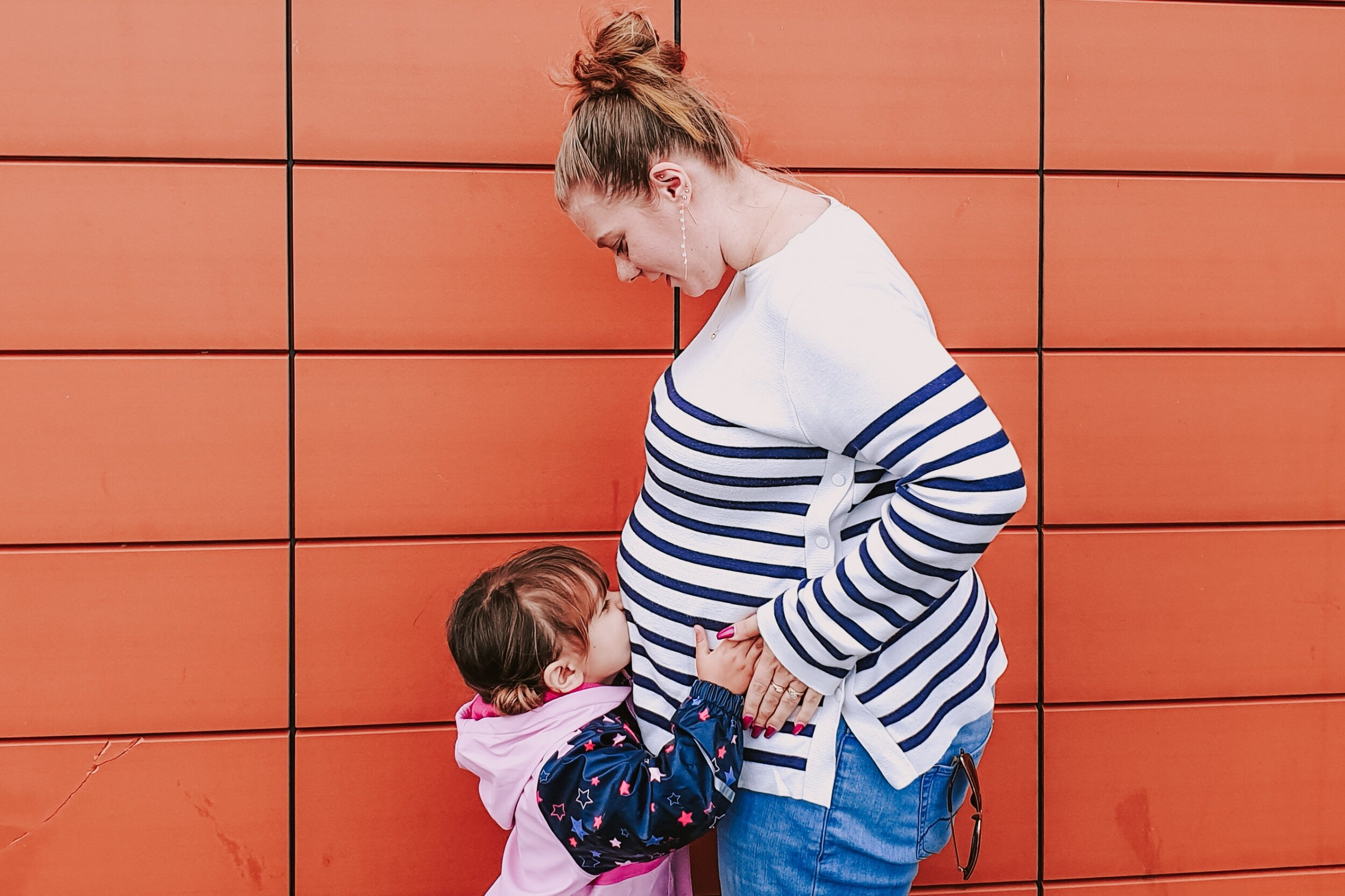 19 weeks pregnant big sister kisses