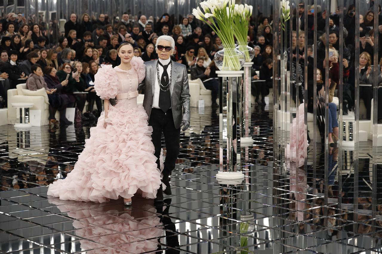 Lily-Rose-Depp-et-Karl-Lagerfeld-lors-du-defile-de-mode-Chanel-au-Grand-Palais-a-Paris-le-24-janvier-2017.jpg