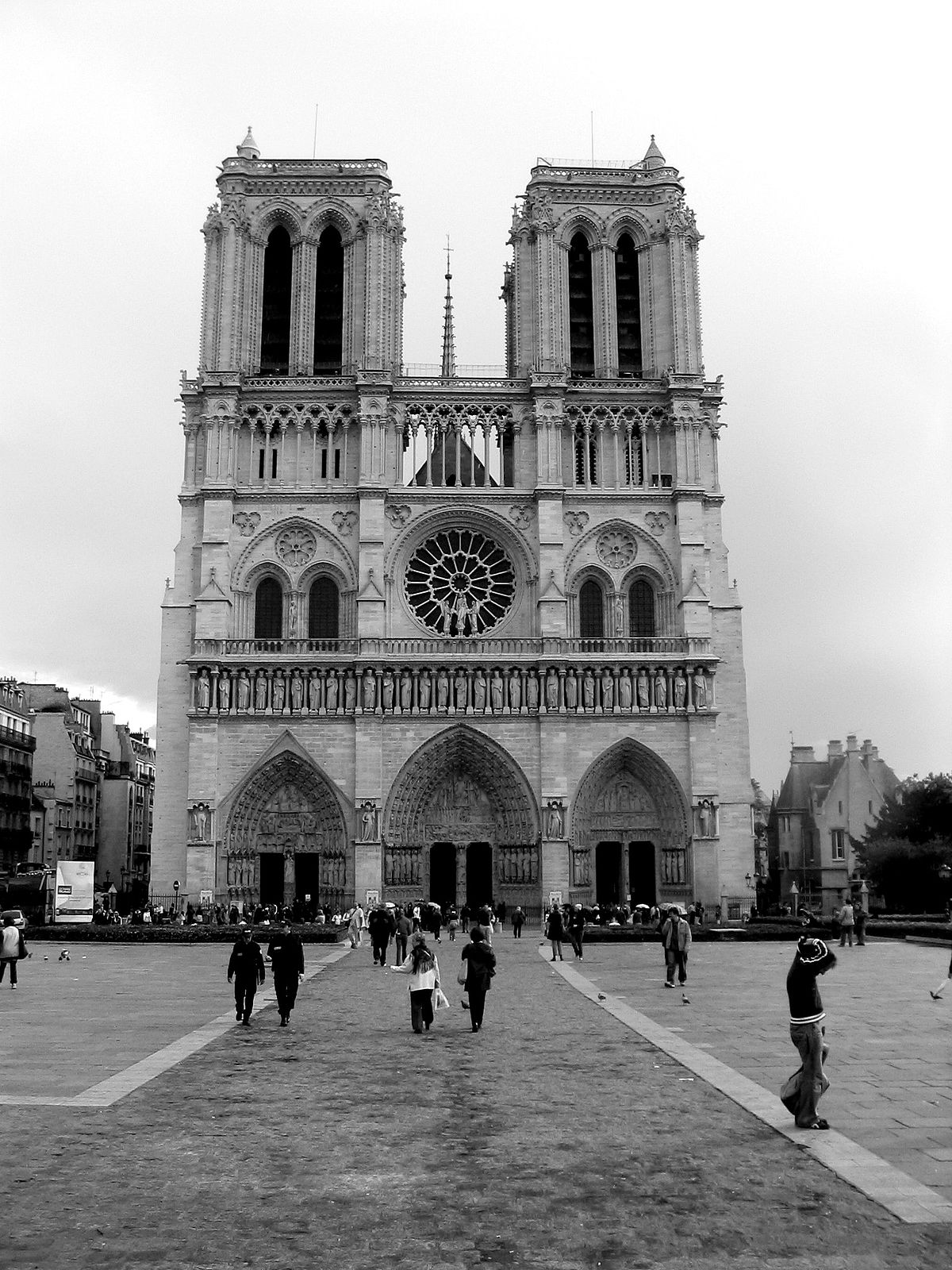 1200px-Notre_dame_de_paris_en_octobre_2006.jpg