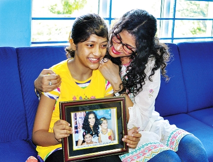 Operation Smile India Ambassador Nandana Sen receives a commemorative gift from Kiran Biswakarma an Operation Smile patient. Nandana Sen and Kiran met two years ago in Mumbai and were delighted to see each other again.