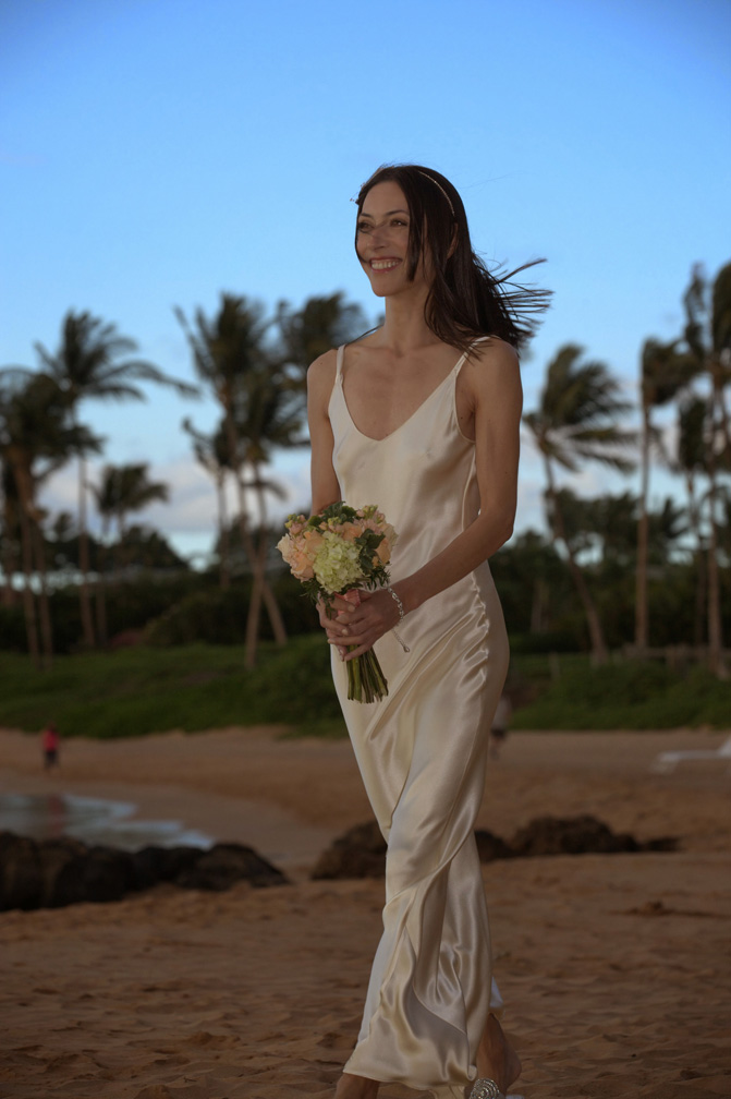 Wedding_Nat_walking_on_beach