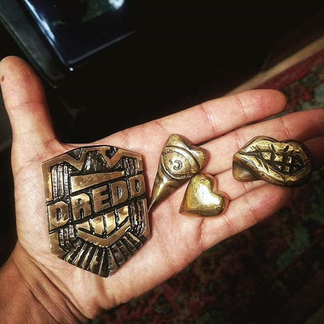 Here are some brass trinkets I've carved out using a Dremel. I carry these whenever I feel like. Each one means something different to me. Which makes carrying them interesting. They keep my hands occupied. They keep my mind focused. They have ideas and thoughts attached to each one.  They are special. . . . #brass #brassart #carving #dremel #dremelart #edc #thought #memory #trinket #totem #dredd #lips #heart #newart #usableart