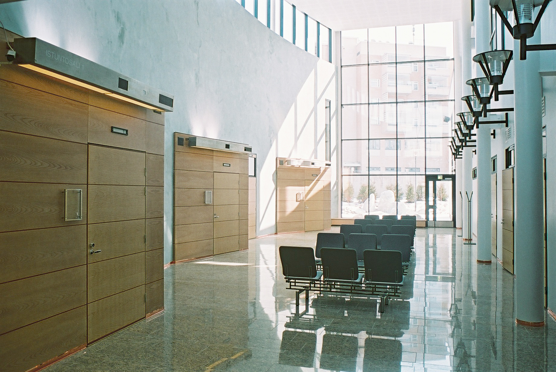 lohja_Käräjäoikeus-aula.JPG