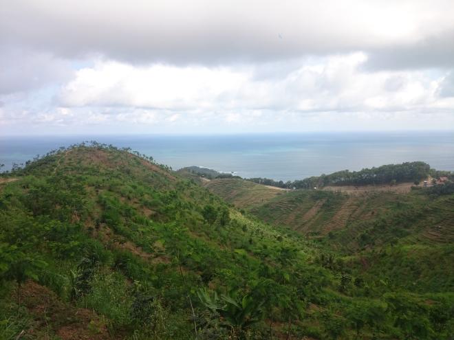 Perjalanan naik turun bukit menuju Pantai Menganti