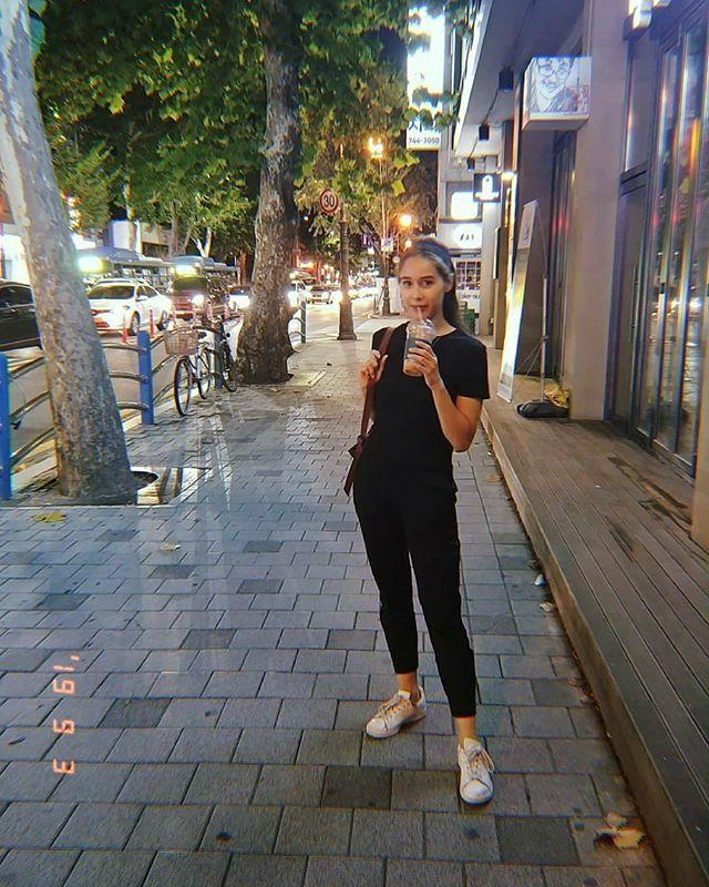 Happy and full ✌ swipe to see noods. #seoul #seoulfood #seoulfoodie #nightmarket #gwangjangmarket #noodles #liftingnoodles #noodlelife #dumplings #streetfood #korea #koreanfood #kimchi #allblackoutfit