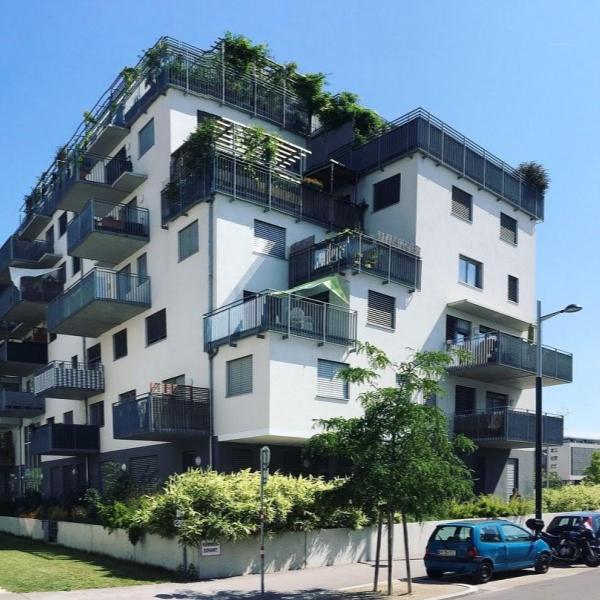 Seestern Aspern, Wien - 27 asuntoa ja runsaasti yhteistilaa sisältävä kohde Wienin Seestadt Apern alueella. Yhteisöön kuuluu kaikenikäisiä luovia ihmisiä, jotka haluavat itse vaikuttaa omaan asumiseen. Yhteisö muodostettiin osallistavassa prosessissa. Kohteen omistus- ja rahoitusjärjestelyt ovat vastaavat kuin Villagen hankkeissa.