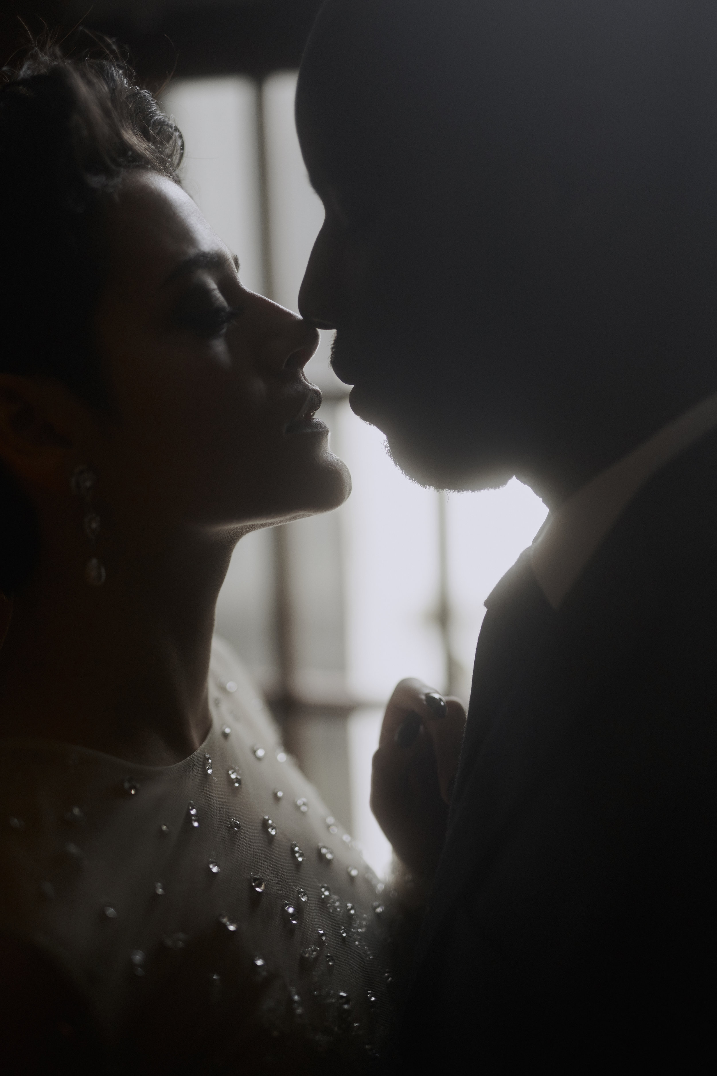 Ein Tag für Euch & Eure Vision - Weil wir es lieben, mit euch in entspannter Atmosphäre richtig kreativ zu werden, und all eure Wünsche im Detail und ohne Zeitdruck umzusetzen, haben wir uns neben den Hochzeiten auf After Wedding & Paar Portraits spezialisiert.Hier sind wir völlig frei, gemeinsam eine Vision zu entwickeln, die euch als Paar ganz individuell widerspiegelt. Von der Location, über das Styling, bis hin zu Kleidung und Requisiten, kreieren wir mit euch kunstvolle Portraits, die euch als Paar und eure gemeinsame Geschichte zelebrieren.Vom ersten gemeinsamen Konzept, über den Shooting-Tag bis zum fertigen Wandbild oder Album in euren Händen, führen wir euch zu euren ganz persönlichen Paar Portraits.