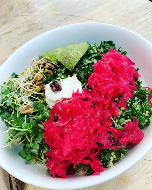 Lunch can be filling AND delicious (oh and colorful ☺️). I don't like to feel restricted so I fill up on veg and protein. #pinkslaw #avoforlife #kaleme #microfien #walnutmybrain #quinolove