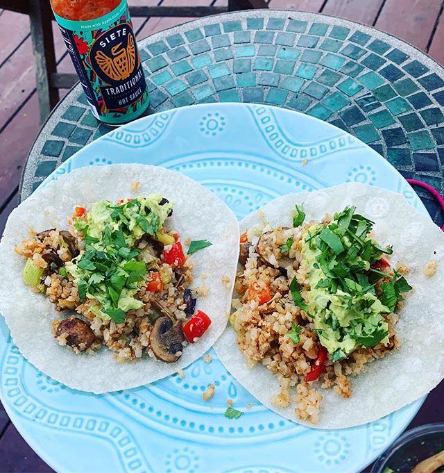 Gluten free, veggie taco concoctions. #friendswhocook #freshaf #summermealsoutside #cauliflowerriceinthis ! 🌮🥬🥒🥑🥕