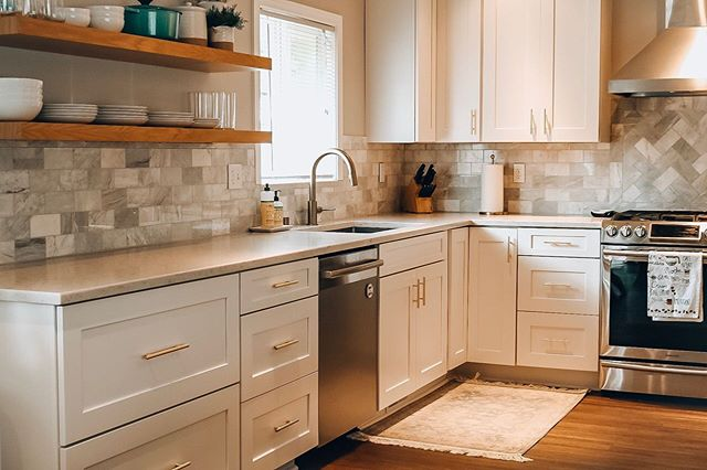 Watched a bunch of home reno YouTube videos and got inspired to clean the kitchen ✨  #whitekitchen #whitekitchencabinets #openshelving #openshelves #marblesubwaytile #marblebacksplash #quartzcountertops #brasshardware #currenthomeview #cljsquad #kitchendesign #kitcheninspo #kitchendecor  #floatingshelves by @silicatestudio.shelfology